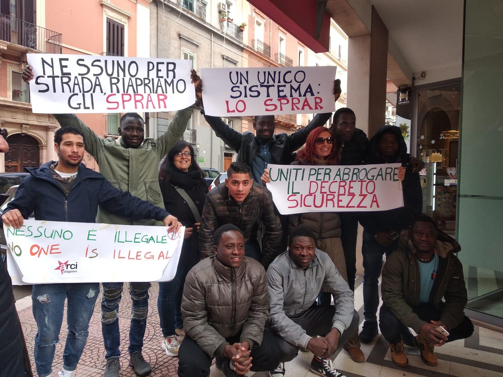 PALAGIANO.   Lo Svegliarci manifesta dinanzi alla Prefettura contro la legge Salvini. Smantella il sistema dell'accoglienza degli Sprar e crea un esercito di irregolari a vita